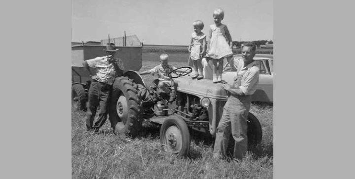 kids on tractor gray 750x380