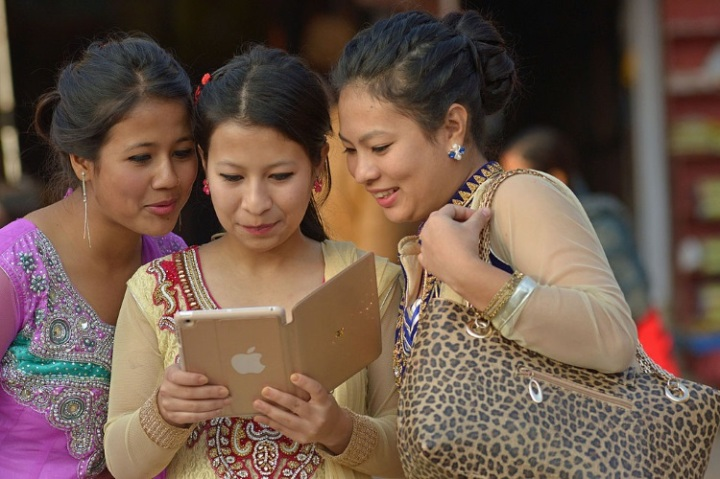 Nepali_women_with_iPad